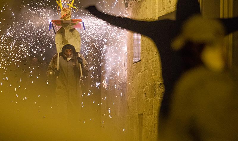 Celebración patronal con fuegos artificiales